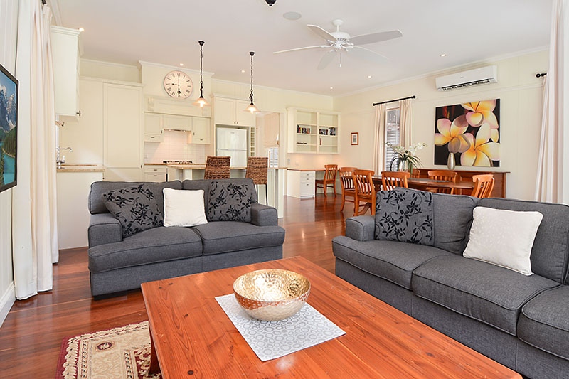 Executive Three Bedroom Home with Parking & Wifi-Walk to Train