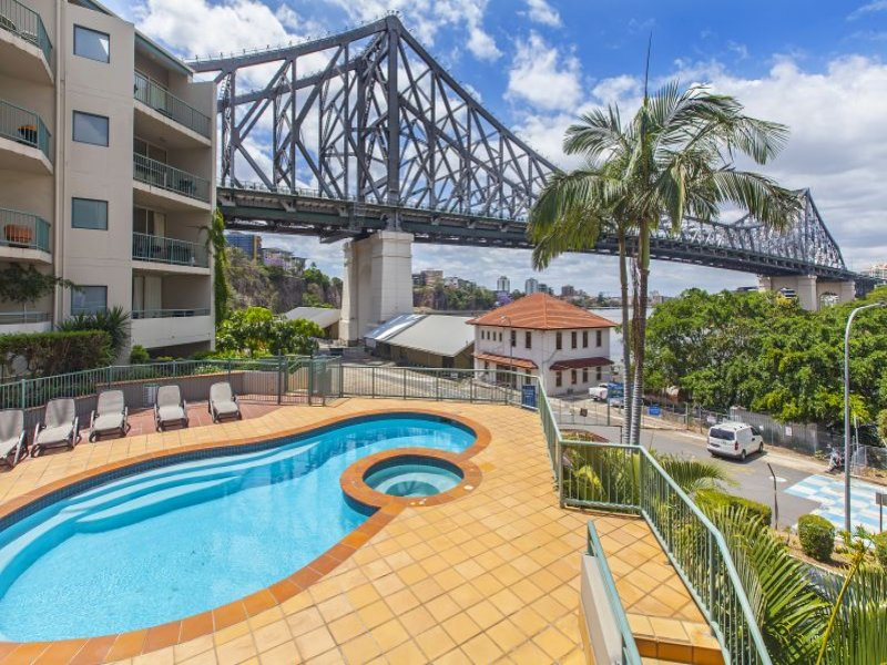 Two Bedroom Unit on the River, Walk into the City or Fortitude Valley. Wifi, parking for Two Cars. Next Door to Howard Smith Wharves