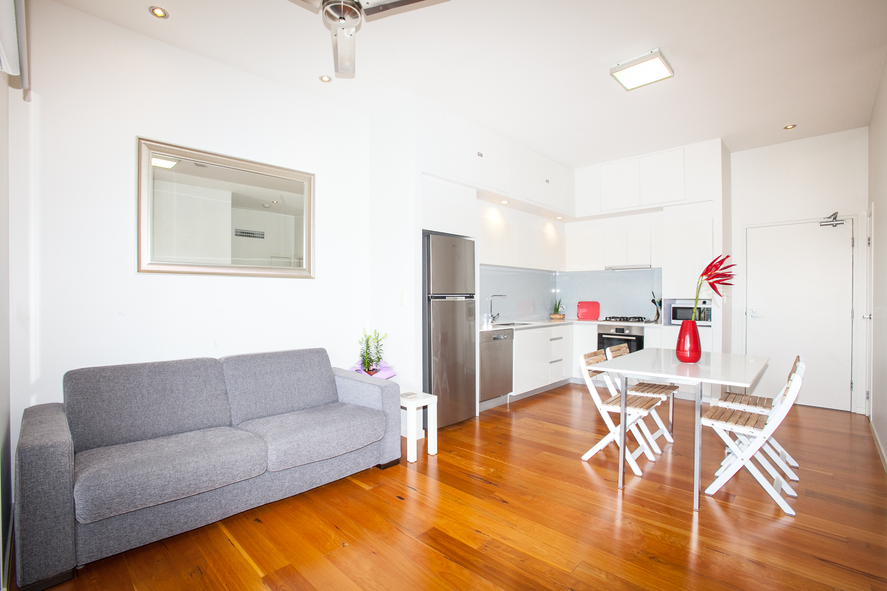 Light and Airy One Bedroom Unit on the Top Floor of a modern building. Lift access and short walk to local restaurants, cafes, cinema & Woolworths Supermarket